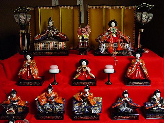 Hina Ningyo, satu set boneka yang menggambarkan upacara perkawinan tradisional di Jepang.