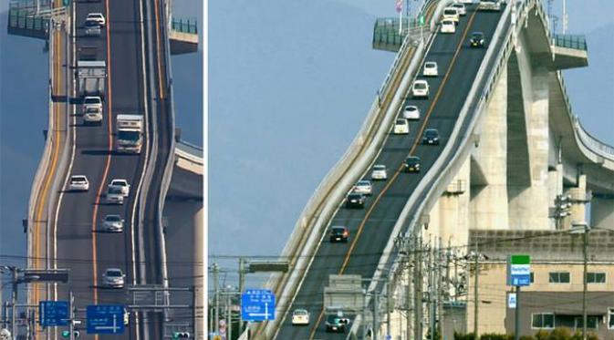 Nyebrang di Jembatan Roller Coaster Berani