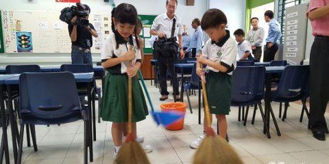 siswa sd membersihkan kelas